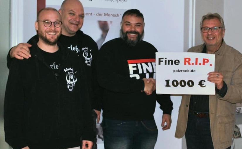 Pfälzer Mundartband Fine R.I.P. sammelt 1000 € für Kinderdorf Maria Regina in Silz.